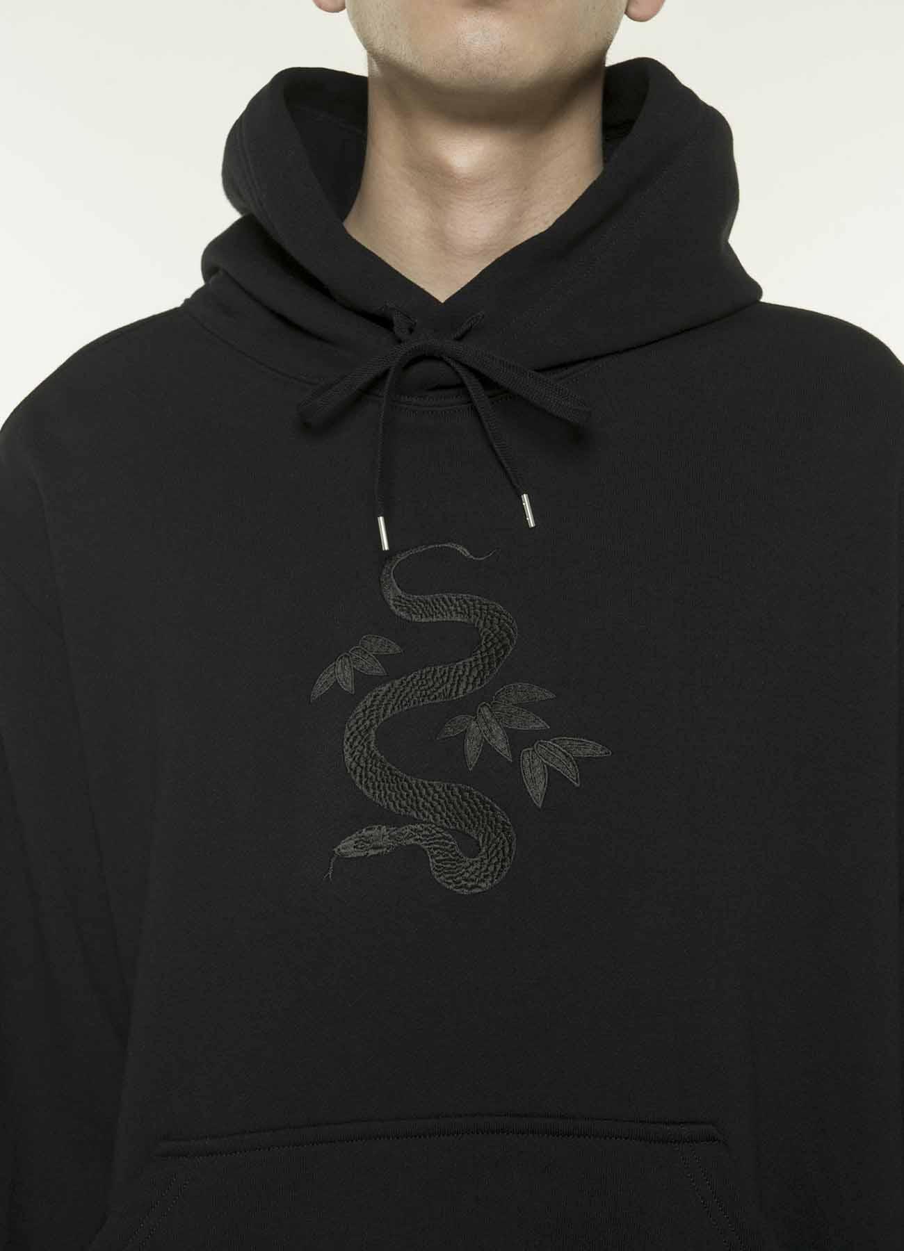 """《格林童话》""""三片蛇叶""""刺绣图案帽衫"""